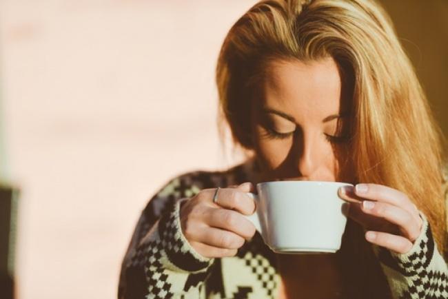 418755-R3L8T8D-650-person-woman-coffee-cup-medium